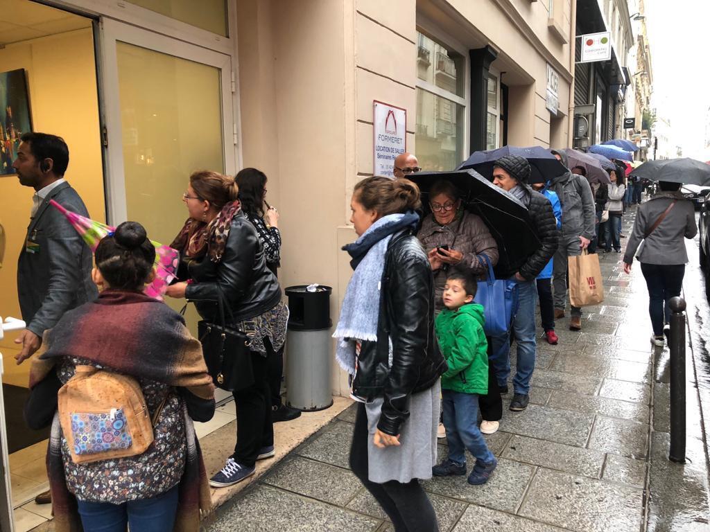 Eleitores fazem fila para votar em Paris