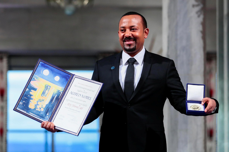 O primeiro-ministro da Etiópia, Abiy Ahmed, recebe o diploma e o prêmio Nobel da Paz de 2019 em Oslo, na Noruega.