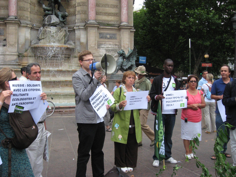 Активисты молодёжной организации французской политической партии «Зелёных» на митинге в Париже 09/08/2010