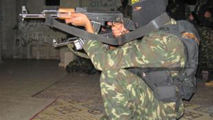 Les trafiquants disaient pouvoir vendre des kalachnikovs, comme celle présente sur la photo (image d'illustration).