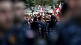 Les forces de sécurité libanaises tiennent à distance des membres du Courant patriotique libre, le parti du président Aoun, le 1er décembre 2019 à Beyrouth.