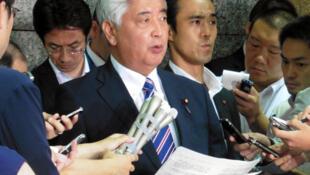 Bộ trưởng Quốc Phòng Nhật Bản Gen Nakatani (giữa) tuyên bố với báo chí về vụ tên lửa Bắc Triều Tiên rớt xuống vùng biển của Nhật Bản, ngày 03/08/2016 tại Tokyo.