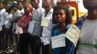Goma, février 2016: de jeunes militants sont rassemblés pour soutenir leurs camarades avec des pancartes « Free Lucha ».