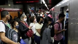 Des passagers masqués prennent place dans le métro de Sao Paulo, au Brésil, un pays durement touché par le coronavirus, le 25 juin 2020.