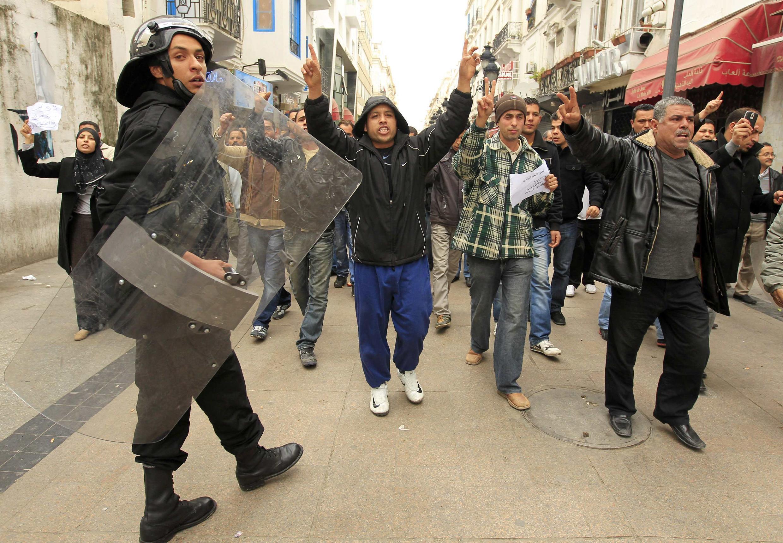 Milhares de tunisianos voltaram às ruas, agora para protestar contra a permanência de ministros do antigo regime no governo de transição.
