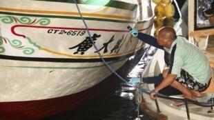 Ngư dân và giới điều tra quan sát chiếc tàu cá Đài Loan bị cảnh sát biển Philippines bắn trúng ngày 09/05/2013.