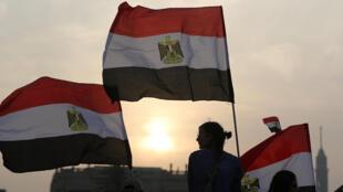 Des supporters du président égyptien Abdel Fattah al-Sissi, drapeaux égyptiens à la main, sur la place Tahrir du Caire, le 2 avril 2018.