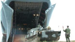 یک مدل از کشتی های آبی خاکی روسیه در حال تخلیۀ تانک