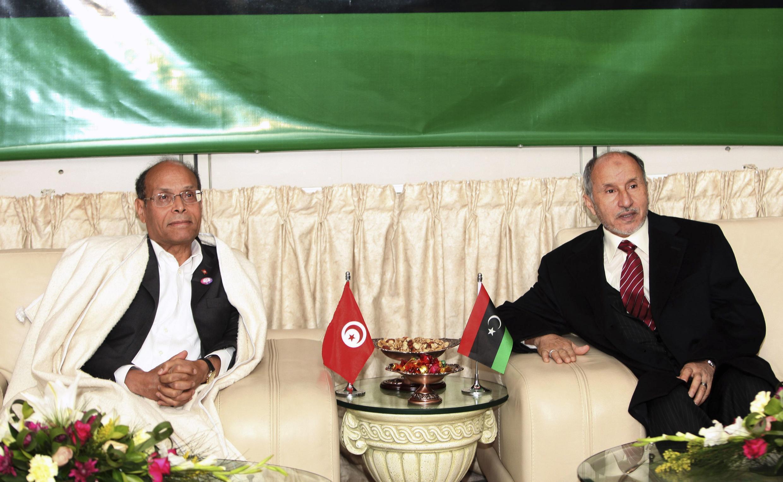 Le président tunisien Moncef Marzouki (g) et le chef du CNT libyen Moustapha Abdeljalil dans le salon VIP de l'aéroport  international de Tripoli, le 2 janvier 2012.