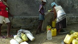 Dans le village de San Miguel, à flanc de montagne, les habitants s'alimentent en eau potable dessalée à la fontaine. L'eau courante n'est installée que dans les villes.