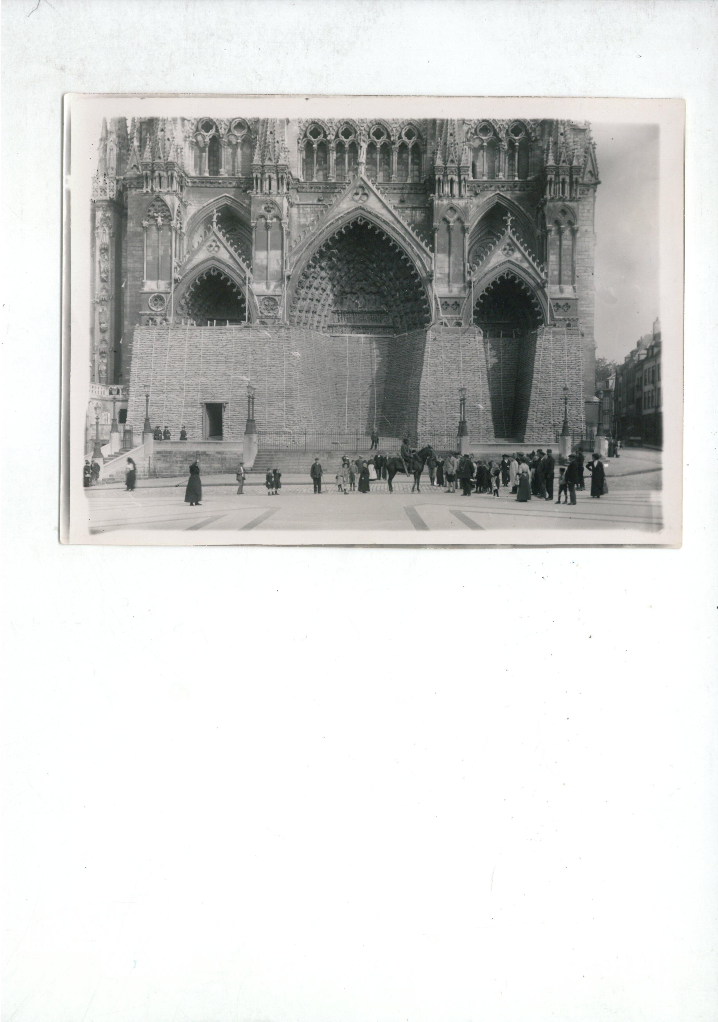 Mặt tiền Nhà Thờ Đức Bà Amiens và lớp vỏ bọc bảo vệ trong thời Thế Chiến I. Ảnh : 1915-1918.