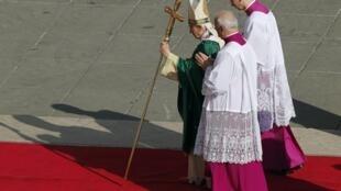 Le pape, Benoît XVI, arrive à la cérémonie d'ouverture de son «Année de la foi» le 11 octobre 2012.