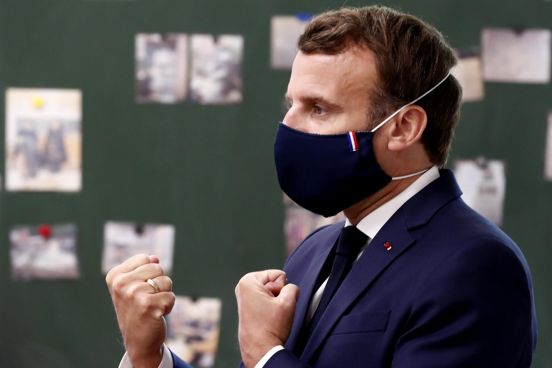 Le président français Emmanuel Macron vêtu d'un masque lors d'une visite à l'école Pierre Ronsard à Poissy, le 5 mai 2020.