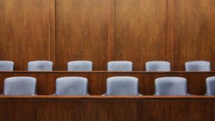 En attendant la fin des travaux du comité technique, les huissiers et les avocats reprennent leurs robes, pour le bien des justiciables, dont certains sont restés en détention à cause de cette grève. (image d'illustration)