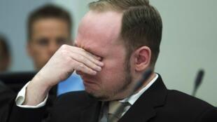 Anders Breivik chora no tribunal de Oslo durante o primeiro dia do julgamento nessa segunda-feira.