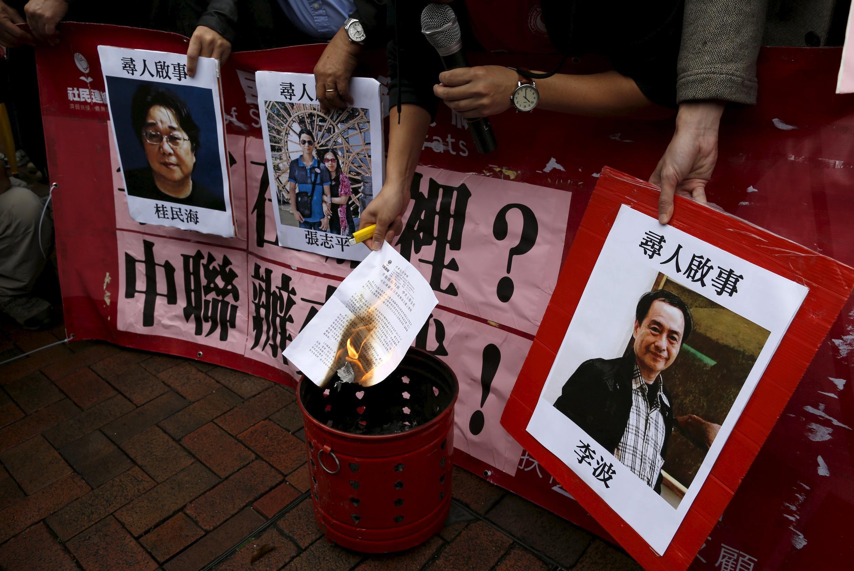 Hình ông Lý Ba (phải) chủ nhà sách  Mighty Current trong cuộc biểu tình tại Hồng Kông sau khi ông bị mất tích hồi đầu năm 2016.