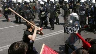 Confronto entre policiais e manifestantes em Atenas.
