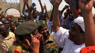 苏丹军民庆祝政治变局