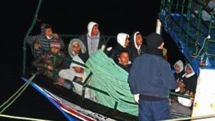 Tunisianos clandestinos chegam à ilha de Lampedusa, em foto de 10 de fevereiro de 2011.
