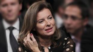 A primeira-dama Valérie Trierweiler, que continuará a trabalhar como jornalista e não se casará oficialmente com Hollande