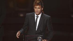 Neymar, atacante do Santos, recebe o troféu Puskas da FIFA nesta segunda-feira pelo gol mais bonito de 2011.