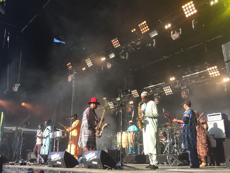 L'Orchestra Baobab en concert samedi 5 août 2017 au festival du Bout du monde à Crozon (Finistère), avec Thierno Koite au saxophone, à droite.
