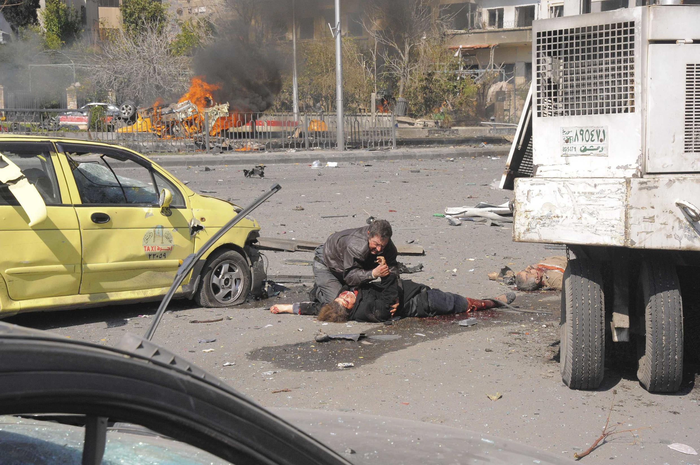 Mabaki ya magari yaliyosababishwa na mlipuko wa bomu uliotekelezwa katika Jiji la Damascus, Syria