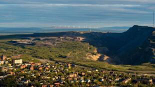 La ville suédoise Kiruna devant le gisement de fer, le plus grand d'Europe.