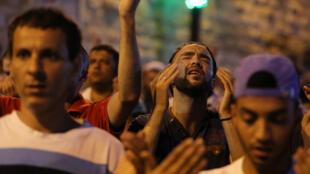 Prière de Palestiniens près de la porte des Lions, dans la Vieille Ville de Jérusalem, le 24 juillet 2017.