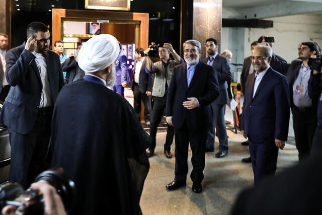 حسن روحانی، رئیس جمهوری اسلامی ایران، صبح جمعه ۲۹ اردیبهشت از ستاد مرکزی انتخابات دیدن کرد