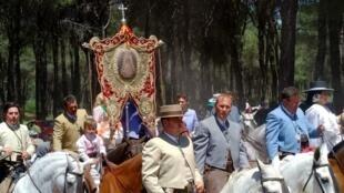"""Rocieros a caballo acompañan el """"Simpecado"""" de la Hermandad de Almonte. Mayo 2018."""