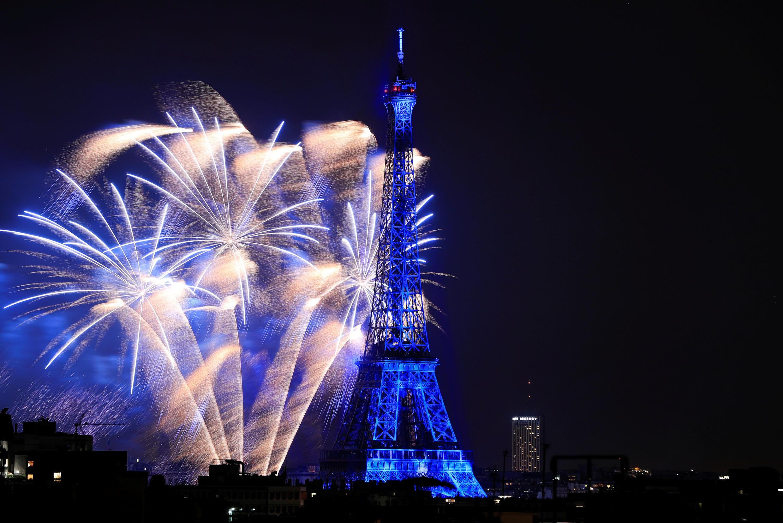 Fogos de artifício do 14 de julho tradicionalmente atraem milhares de pessoas para os arredores da Torre Eiffel, onde acontece o espetáculo pirotécnico. (Imagem de arquivo 2018)