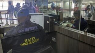 Des personnes font la queue pour passer par l'immigration à l'aéroport international Toussaint Louverture le 26 juin 2020 à Port-au-Prince. Après plus de 3 mois de fermeture, l'aéroport rouvrira le 30 juin au public.