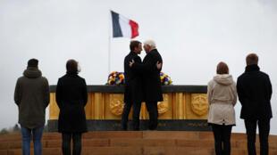 Emmanuel Macron et son homologue allemand Frank-Walter Steinmeier se donnent l'accolade, sur le Hartmannswillerkopf, ce vendredi 10 novembre.