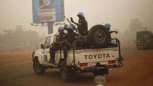 Des Casques bleus de la Minusca patrouillant dans les rues de Bangui, en Centrafrique, le 12 février 2016.