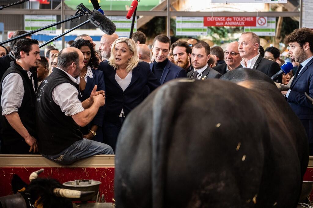 La députée française et présidente du parti d'extrême droite Rassemblement National (RN) Marine Le Pen visite le Salon de l'agriculture à Paris, le 25 février 2020.