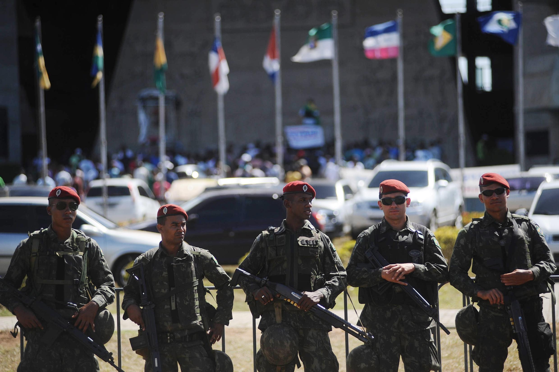 Policiais militares à frente da Assembleia Legislativa de Salvador, nesta terça-feira.