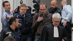 Le lanceur d'alerte Antoine Deltour descend les marches du palais de justice luxembourgeois avec son avocat William Bourdon, le 26 avril 2016.