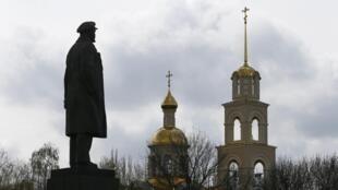 2014年4月14日,乌克兰Slaviansk市大教堂门前的列宁像