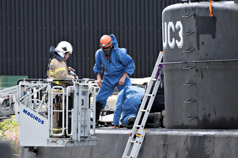 Датская полиция исследует подлодку «UC3 Nautilus» после подъема. 13 августа 2017 г.