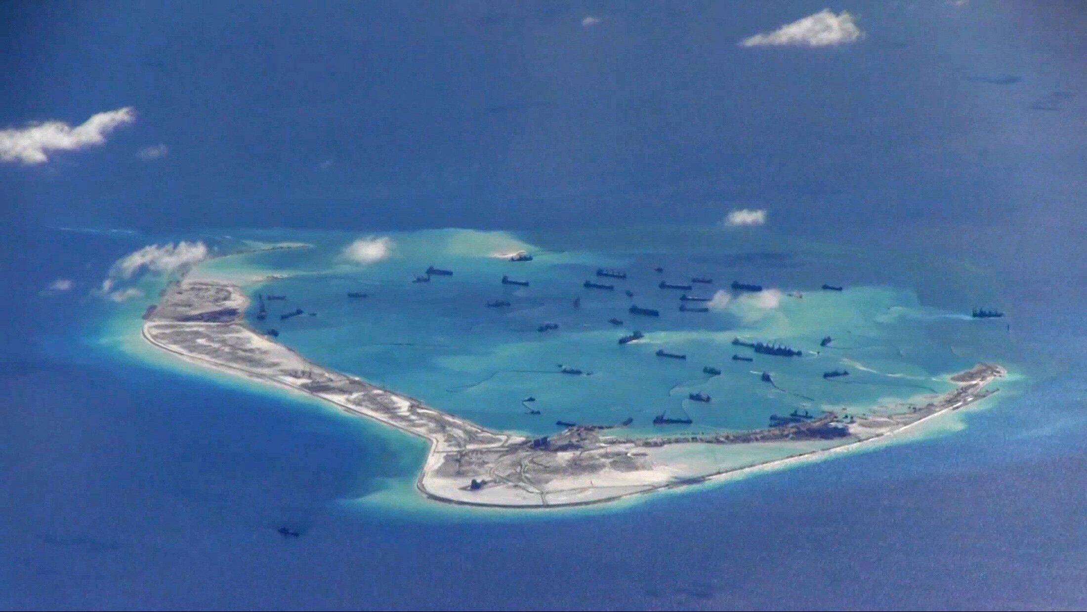 Đá Vành Khăn, Trường Sa, một trong những đá mà Trung Quốc bồi đắp thành đảo nhân tạo. Ảnh chụp từ máy bay P-8A Poseidon của Mỹ.