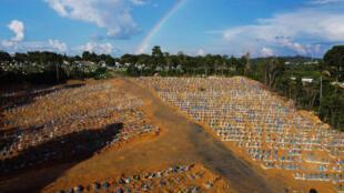 Vista aérea del área de sepultura reservado para las víctimas de la pandemia COVID con fondo de un arco iris en el cielo en el cementerio de Nossa Senhora Aparecida, en Manaus, en la selva amazónica de Brasil el 21 de noviembre de 2020.