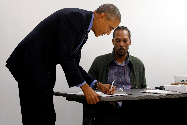 Barack Obama, qui a voté hier vendredi 7 octobre, pour la présidentielle de novmebre prochain de façon anticipée, réfléchit à une manière de répondre aux attaques informatiques imputées à la Russie, sans cependant risquer un cyberconflit.