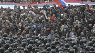 Tropas ucranianas cercam militantes pró-russos que organizaram protesto em frente a um edifício da administração pública de Kharkiv, no leste da Ucrânia, para reivindicar referendo separatista como o da Crimeia.