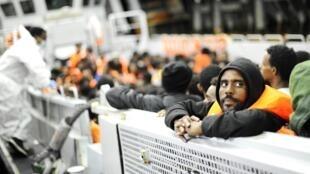 Migrantes da África Subsaariana lotam barco da Marinha Italiana depois de serem resgatados próximo a Lampedusa, em 14 de maio