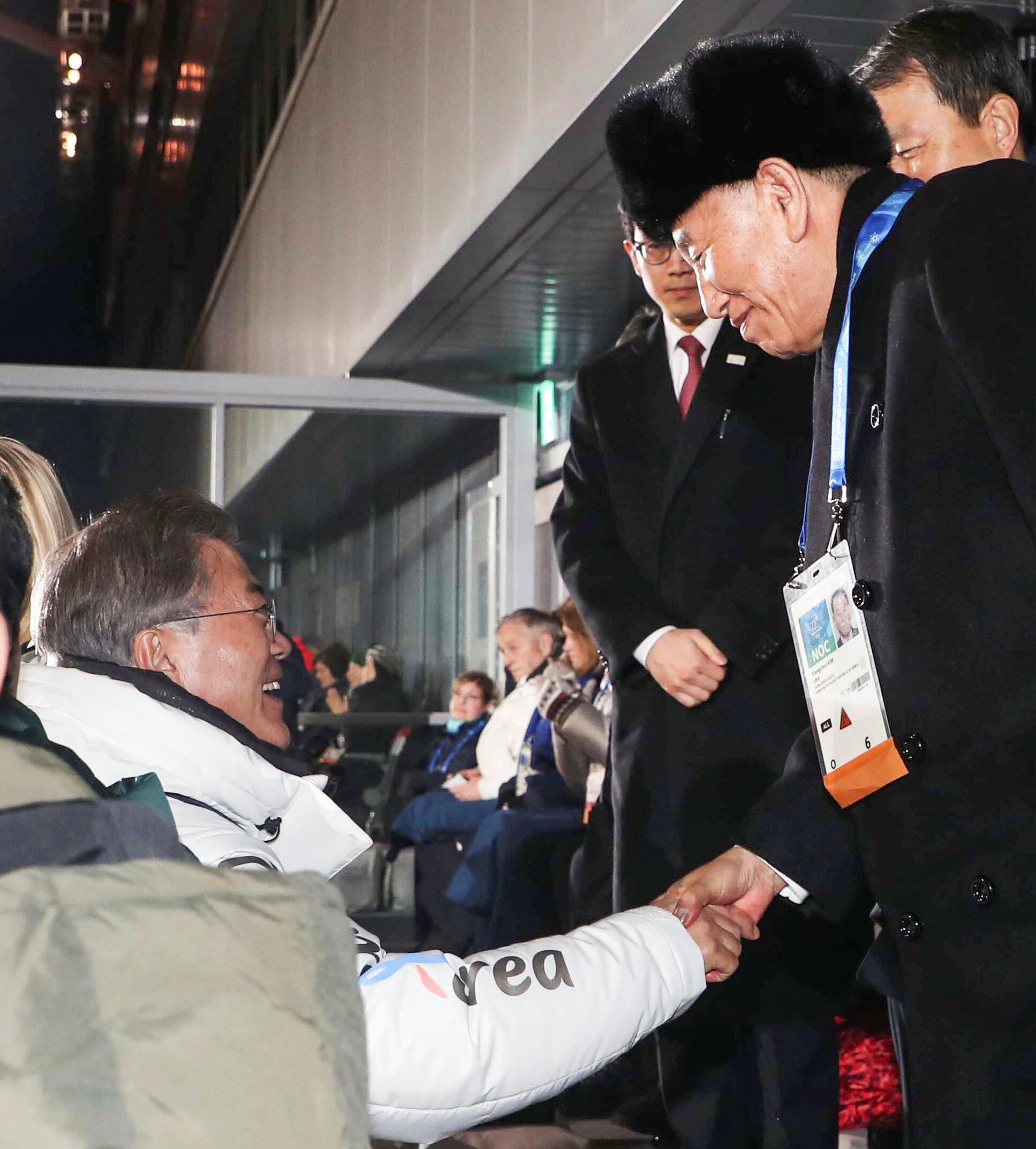 Tổng thống Hàn Quốc Moon Jae In (áo trắng) bắt tay tướng Bắc Triều Tiên Kim Yong Chol, trong lễ bế mạc TVH Mùa Đông Pyeongchang, ngày 25/02/2018