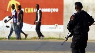La police angolaise monte la garde devant le village olympique où est logée l'équipe du Togo, à Cabinda, le 9 janvier 2010.
