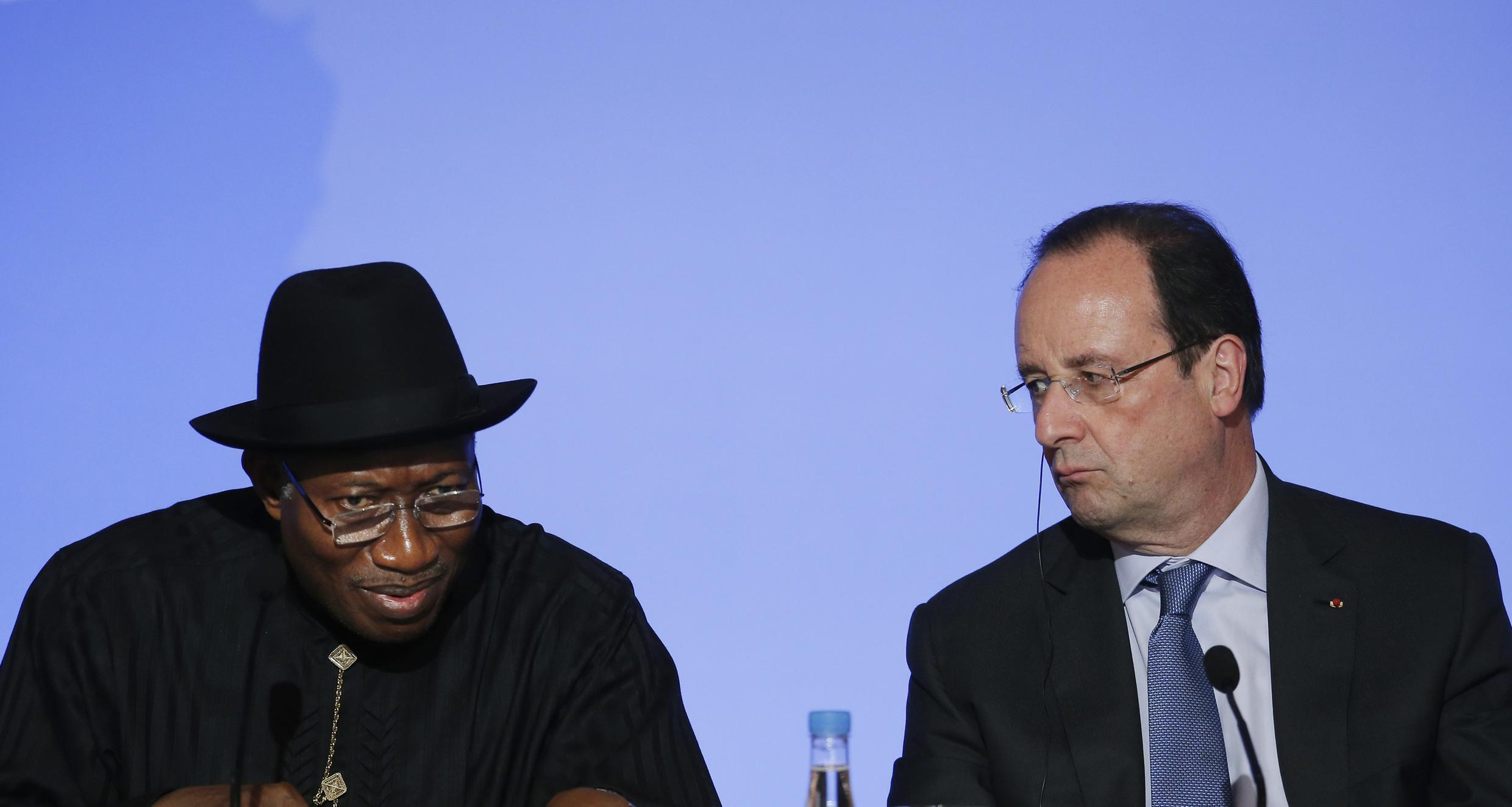 French President François Hollande (R) and Nigerian President Goodluck Jonathan attend a joint news conference following the African Security Summit at the Elysee Palace in Paris, May 17, 2014.