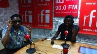 Mwanamuziki wa Bongo Fleva Jux ndani ya studio za RFI Kiswahili na mtangazaji Ali Bilali