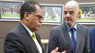 Le président de la Fédération sud-africaine Danny Jordaan (à gauche) et le président de la Fédération internationale de football Gianni Infantino.
